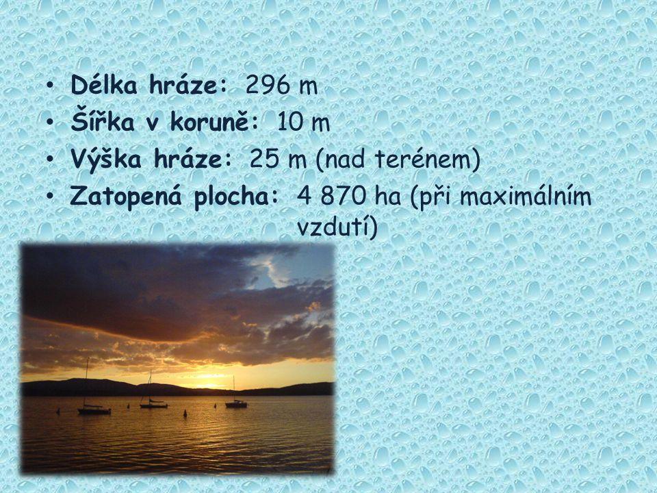 Délka hráze: 296 m Šířka v koruně: 10 m Výška hráze: 25 m (nad terénem) Zatopená plocha: 4 870 ha (při maximálním vzdutí)