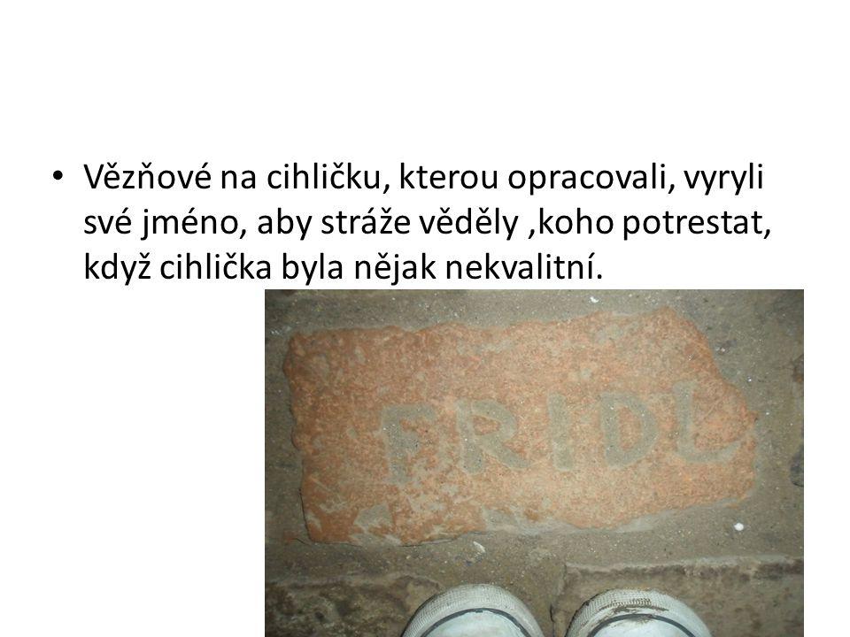 Vězňové na cihličku, kterou opracovali, vyryli své jméno, aby stráže věděly,koho potrestat, když cihlička byla nějak nekvalitní.