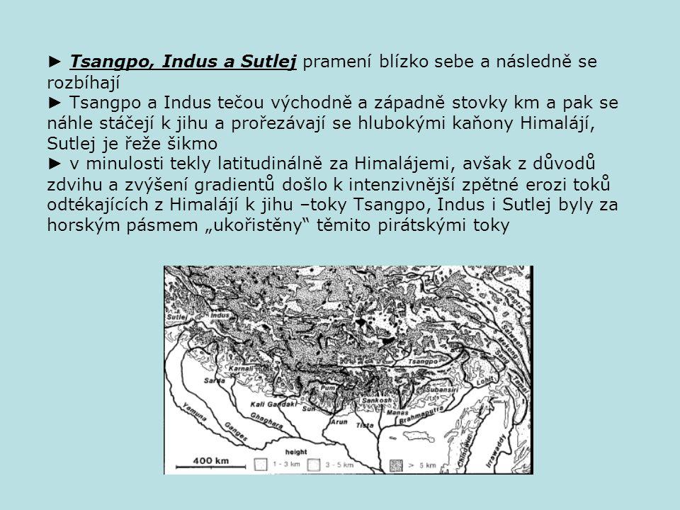 """► Tsangpo, Indus a Sutlej pramení blízko sebe a následně se rozbíhají ► Tsangpo a Indus tečou východně a západně stovky km a pak se náhle stáčejí k jihu a prořezávají se hlubokými kaňony Himalájí, Sutlej je řeže šikmo ► v minulosti tekly latitudinálně za Himalájemi, avšak z důvodů zdvihu a zvýšení gradientů došlo k intenzivnější zpětné erozi toků odtékajících z Himalájí k jihu –toky Tsangpo, Indus i Sutlej byly za horským pásmem """"ukořistěny těmito pirátskými toky"""
