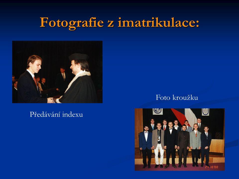 Fotografie z imatrikulace: Předávání indexu Foto kroužku