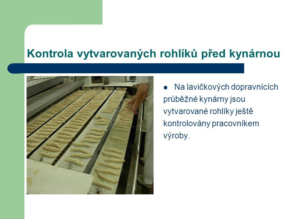 Kontrola vytvarovaných rohlíků před kynárnou Na lavičkových dopravnících průběžné kynárny jsou vytvarované rohlíky ještě kontrolovány pracovníkem výroby.