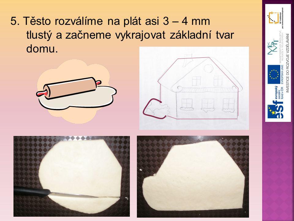 5. Těsto rozválíme na plát asi 3 – 4 mm tlustý a začneme vykrajovat základní tvar domu.
