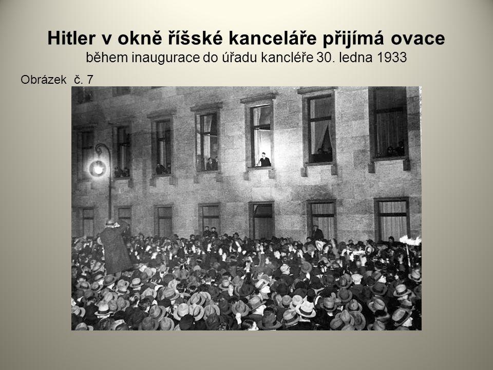 Hitler v okně říšské kanceláře přijímá ovace během inaugurace do úřadu kancléře 30. ledna 1933 Obrázek č. 7
