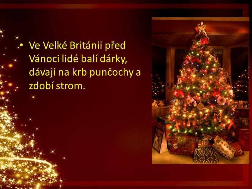 Ve Velké Británii před Vánoci lidé balí dárky, dávají na krb punčochy a zdobí strom.