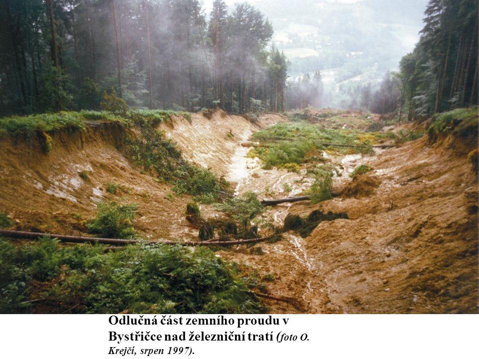 Odlučná část zemního proudu v Bystřičce nad železniční tratí ( foto O. Krejčí, srpen 1997).