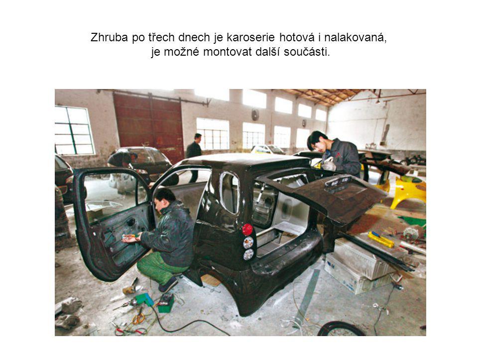 Dvojice pracovníků zaúkolovaných na montáži aut.