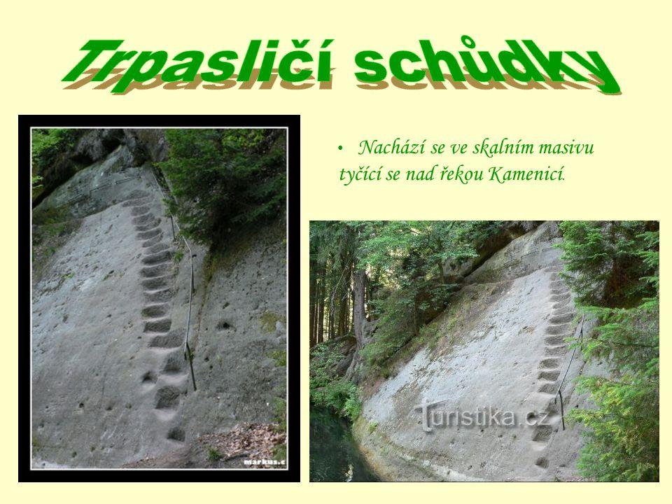 Nachází se ve skalním masivu tyčící se nad řekou Kamenicí.