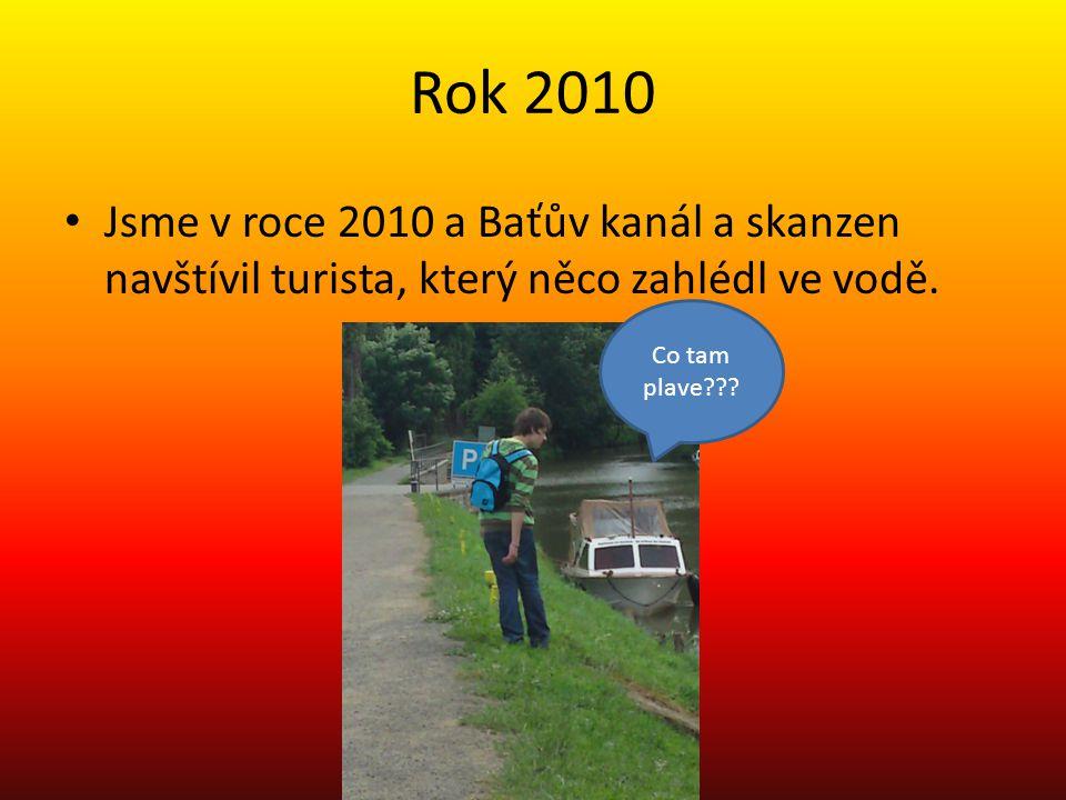 Rok 2010 Jsme v roce 2010 a Baťův kanál a skanzen navštívil turista, který něco zahlédl ve vodě.