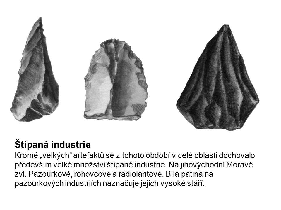 """Štípaná industrie Kromě """"velkých"""" artefaktů se z tohoto období v celé oblasti dochovalo především velké množství štípané industrie. Na jihovýchodní Mo"""