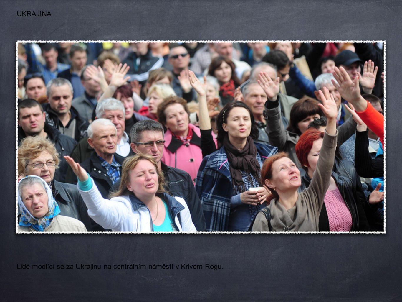 Lidé modlící se za Ukrajinu na centrálním náměstí v Krivém Rogu. UKRAJINA
