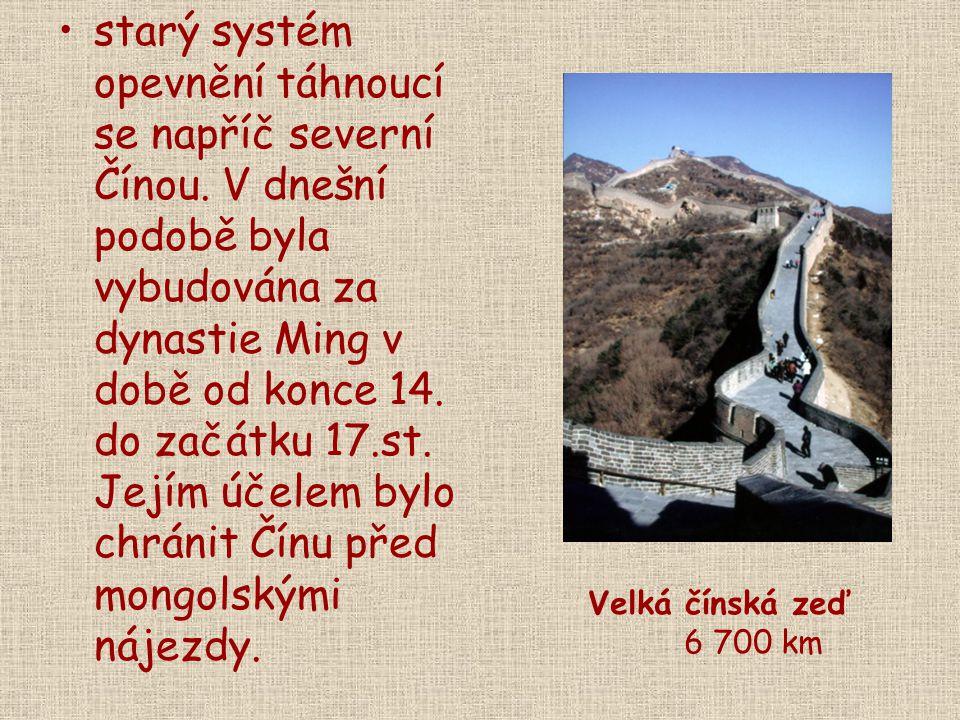 starý systém opevnění táhnoucí se napříč severní Čínou. V dnešní podobě byla vybudována za dynastie Ming v době od konce 14. do začátku 17.st. Jejím ú