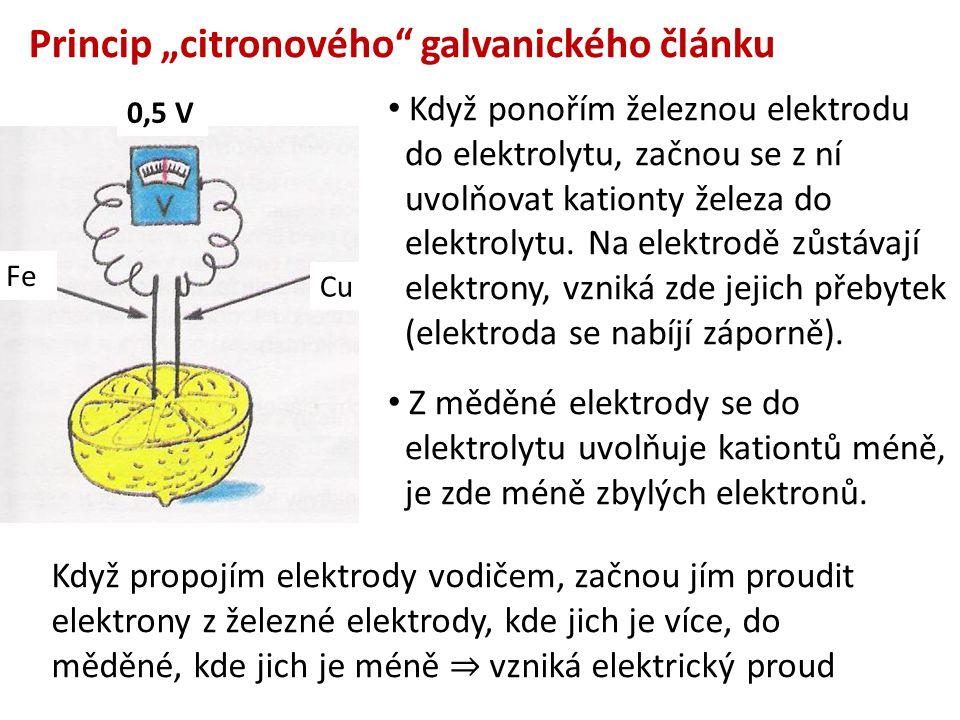 Když ponořím železnou elektrodu do elektrolytu, začnou se z ní uvolňovat kationty železa do elektrolytu. Na elektrodě zůstávají elektrony, vzniká zde
