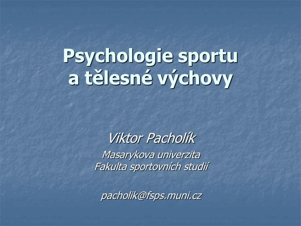 Psychologie sportu jako vědní disciplína Aplikovaná psychologická disciplína Aplikovaná psychologická disciplína Mezioborová disciplína Mezioborová disciplína Psychologické vědy Psychologické vědy Vědy o tělesné kultuře Vědy o tělesné kultuře 2 oblasti zkoumání 2 oblasti zkoumání Vliv osobnostních vlastností na sportovní činnost (výkon) Vliv osobnostních vlastností na sportovní činnost (výkon) Odraz sportovní činnosti v psychice člověka Odraz sportovní činnosti v psychice člověka Přímé působení – na osobnost sportovce Přímé působení – na osobnost sportovce Nepřímé působení – zprostředkovaně fanoušek, divák...
