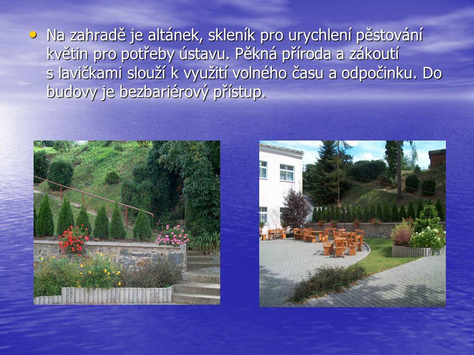 Na zahradě je altánek, skleník pro urychlení pěstování květin pro potřeby ústavu. Pěkná příroda a zákoutí s lavičkami slouží k využití volného času a