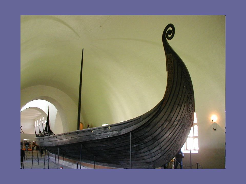Typy lodí: Typy lodí: LANGSHIP – říční veslice DRAKKAR - s dračí hlavou cca 30 – 40m SNEKKAR - s hadí hlavou cca 25m KNARR – obchodní loď 15m přeprava lidí a zboží