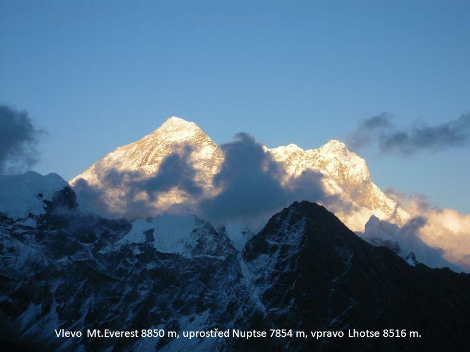 Vlevo Mt.Everest 8850 m, uprostřed Nuptse 7854 m, vpravo Lhotse 8516 m.