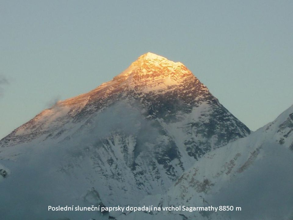 Poslední sluneční paprsky dopadají na vrchol Sagarmathy 8850 m