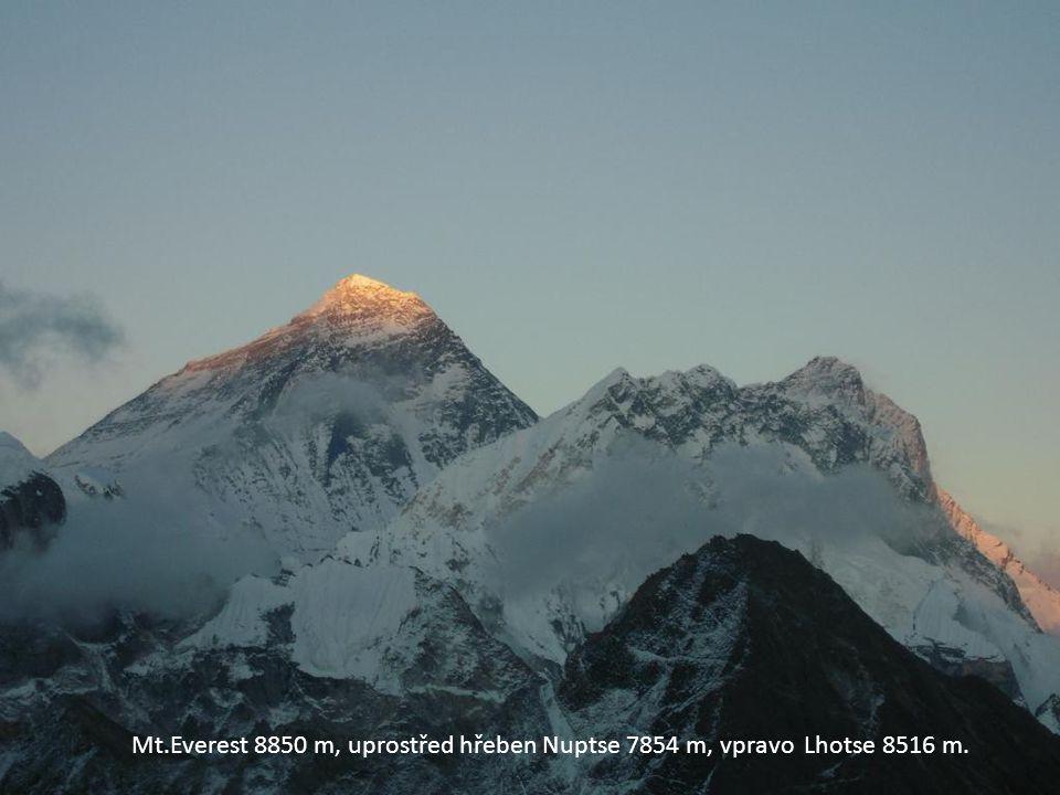 Mt.Everest 8850 m, uprostřed hřeben Nuptse 7854 m, vpravo Lhotse 8516 m.