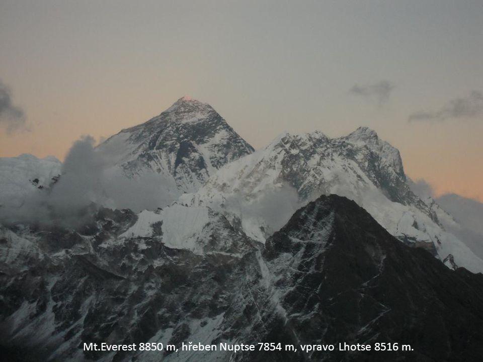 Mt.Everest 8850 m, hřeben Nuptse 7854 m, vpravo Lhotse 8516 m.