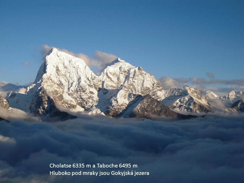 Cholatse 6335 m a Taboche 6495 m Hluboko pod mraky jsou Gokyjská jezera