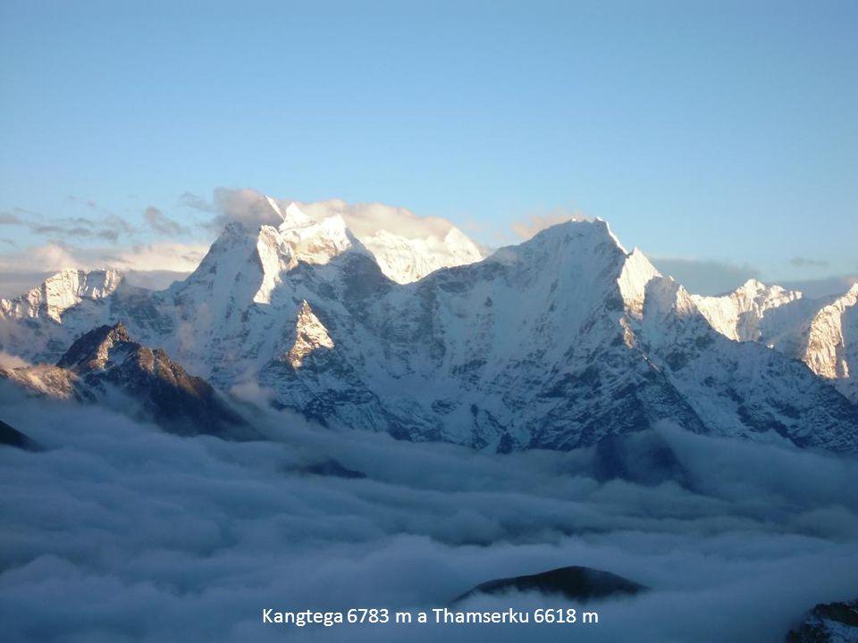 Kangtega 6783 m a Thamserku 6618 m