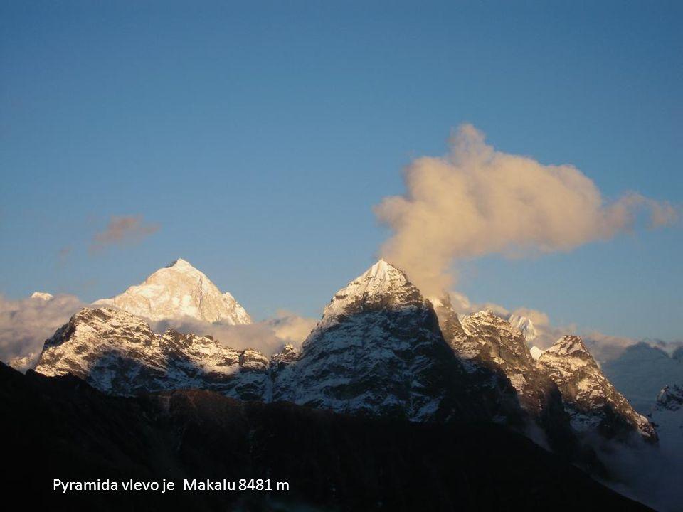 Pyramida vlevo je Makalu 8481 m