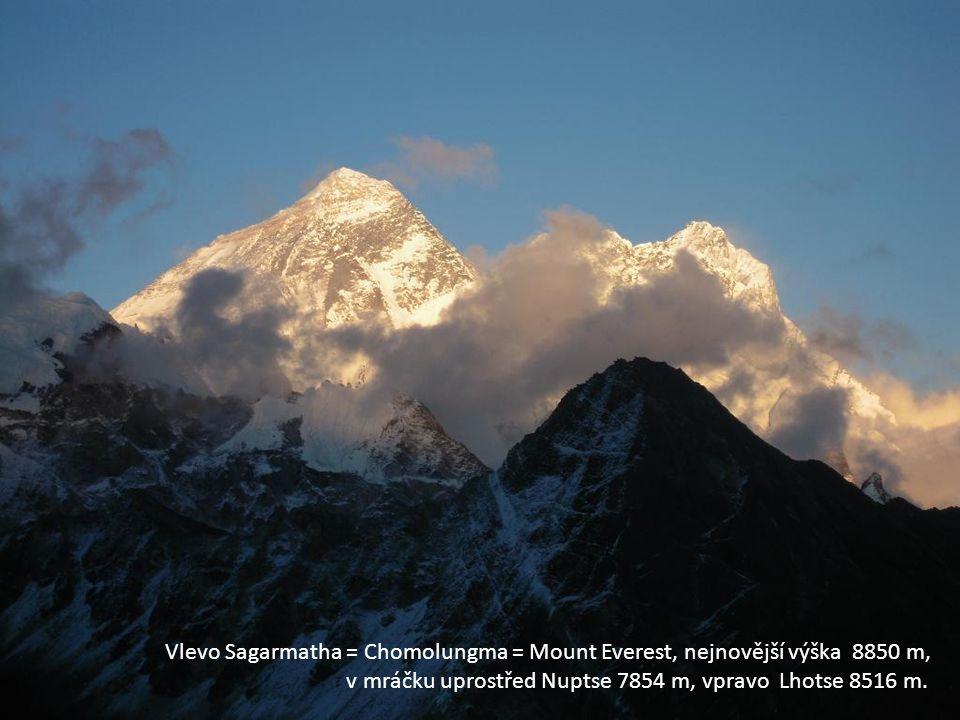 Vlevo Sagarmatha = Chomolungma = Mount Everest, nejnovější výška 8850 m, v mráčku uprostřed Nuptse 7854 m, vpravo Lhotse 8516 m.
