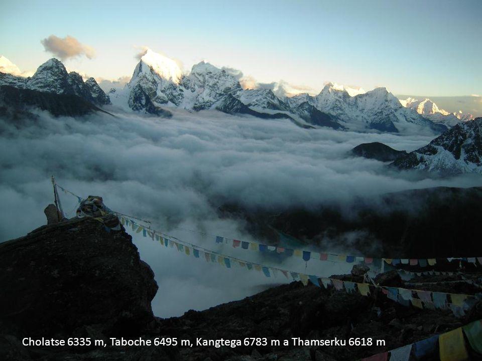 Cholatse 6335 m, Taboche 6495 m, Kangtega 6783 m a Thamserku 6618 m