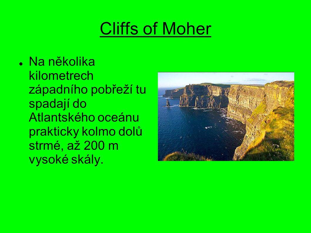 Cliffs of Moher Na několika kilometrech západního pobřeží tu spadají do Atlantského oceánu prakticky kolmo dolů strmé, až 200 m vysoké skály.