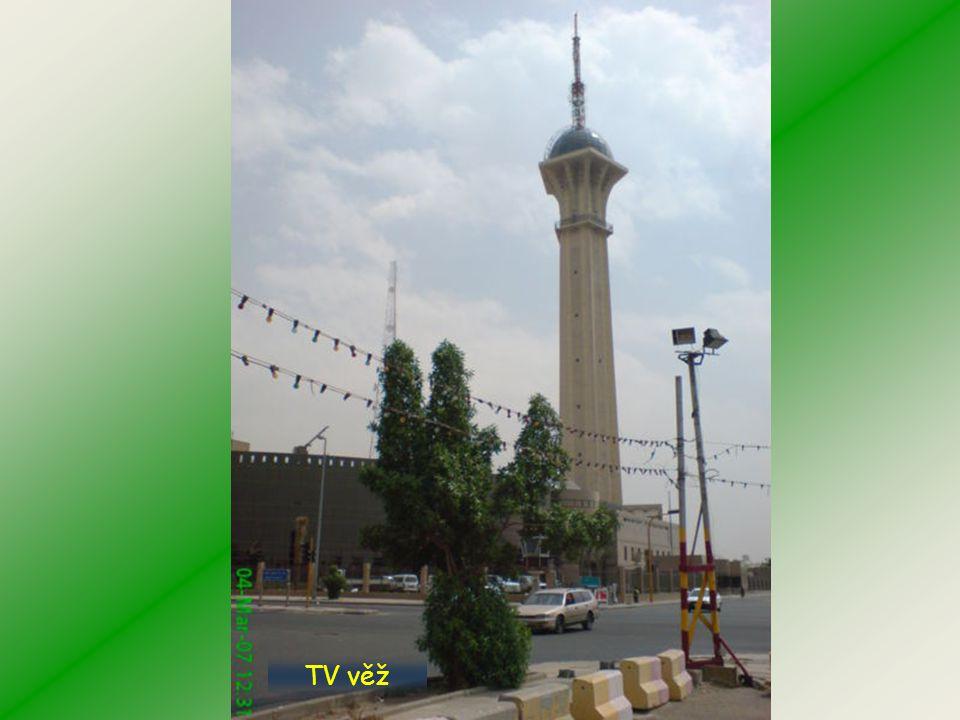 Moderní mešita na vodě Rudého moře