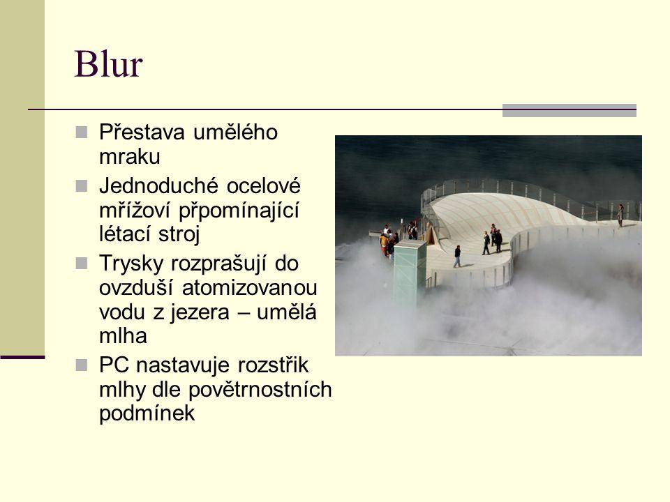 Blur Přestava umělého mraku Jednoduché ocelové mřížoví přpomínající létací stroj Trysky rozprašují do ovzduší atomizovanou vodu z jezera – umělá mlha
