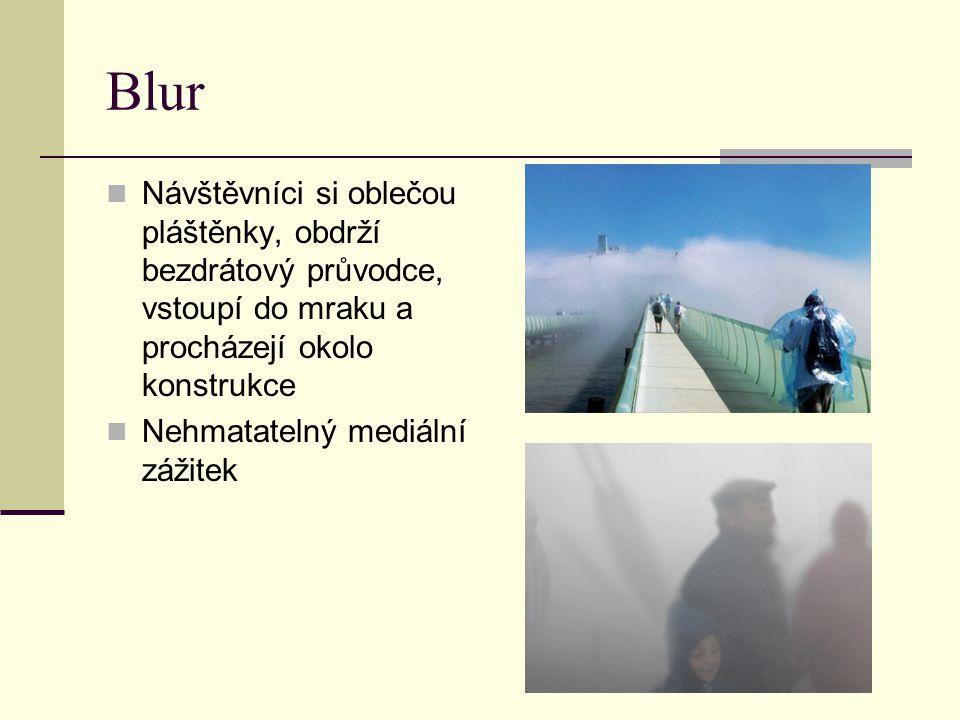 Blur Návštěvníci si oblečou pláštěnky, obdrží bezdrátový průvodce, vstoupí do mraku a procházejí okolo konstrukce Nehmatatelný mediální zážitek