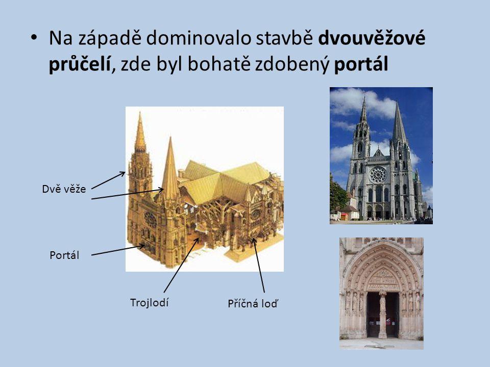 Na západě dominovalo stavbě dvouvěžové průčelí, zde byl bohatě zdobený portál Dvě věže Portál Trojlodí Příčná loď