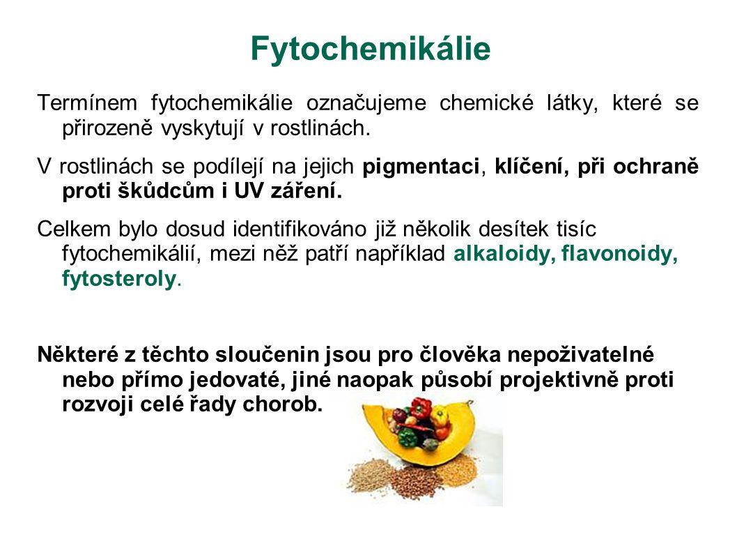 Fytochemikálie Termínem fytochemikálie označujeme chemické látky, které se přirozeně vyskytují v rostlinách. V rostlinách se podílejí na jejich pigmen