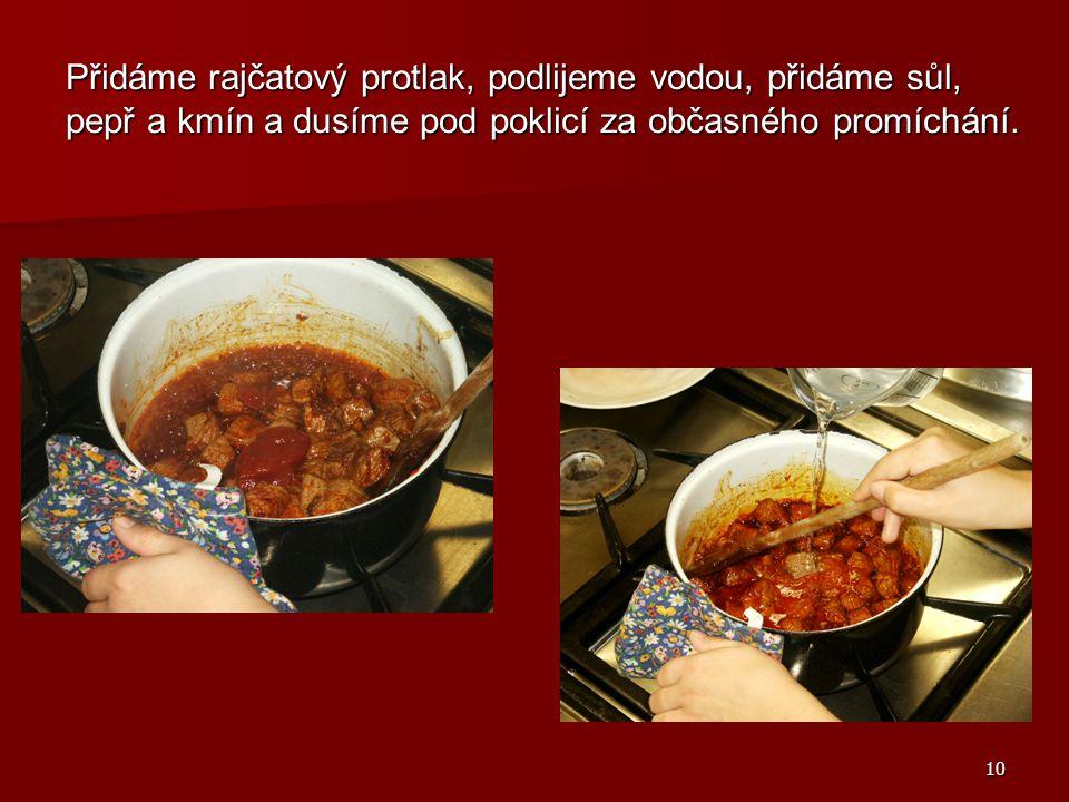 10 Přidáme rajčatový protlak, podlijeme vodou, přidáme sůl, pepř a kmín a dusíme pod poklicí za občasného promíchání.