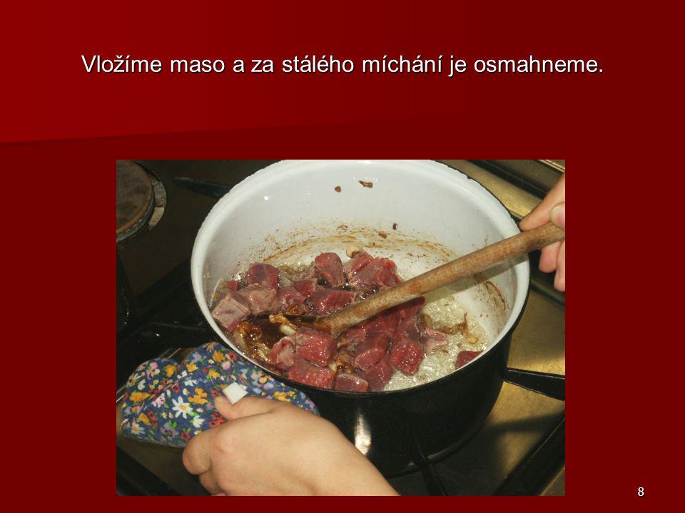8 Vložíme maso a za stálého míchání je osmahneme.