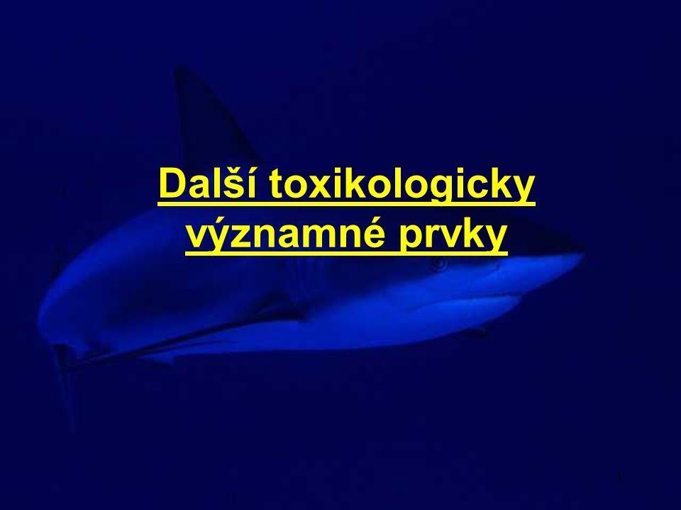 2 Beryllium (Be) intoxikace nejčastěji po nadýchání prachu a par T 1/2 Be v plicích až 6 měsíců Akutní účinky masivní expozice ve vodě rozpustných sloučenin Be (sírany, chloridy, fluoridy) silný zánět plic, který se vyvine krátce po expozici při kontaktu s kůží (zejména poraněnou) - akutní dermatitidy inhalované Be se vstřebává pomalu, ukládá se v kostech, játrech a ledvinách Chronické účinky Berylióza (pneumokonióza) vzniká následkem dlouhodobé expozice ve vodě nerozpustným sloučeninám, nebo jako následek akutní pneumonie (i po 20 letech) vznik až 5 mm velkých granulí zejména na plicích (také další orgány)