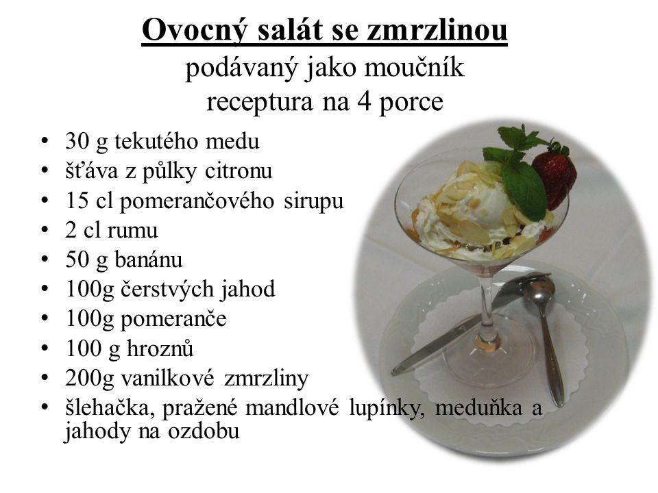 Ovocný salát se zmrzlinou podávaný jako moučník receptura na 4 porce 30 g tekutého medu šťáva z půlky citronu 15 cl pomerančového sirupu 2 cl rumu 50