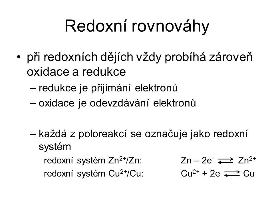 Redoxní rovnováhy při redoxních dějích vždy probíhá zároveň oxidace a redukce –redukce je přijímání elektronů –oxidace je odevzdávání elektronů –každá