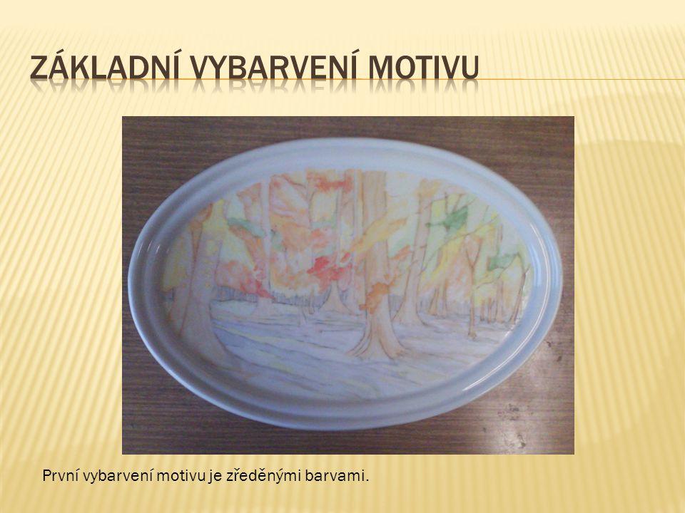 První vybarvení motivu je zředěnými barvami.