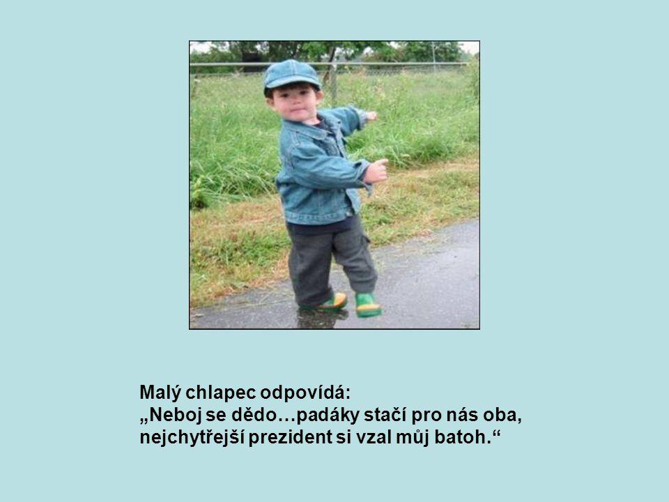 """Čtvrtý cestující Jan Pavel II povídá malému chlapci: """"Jsem už starý, prožil jsem svůj život jako dobrý člověk a jako duchovní jsem povinen přenechat padák Tobě Máš ještě celý život před sebou."""