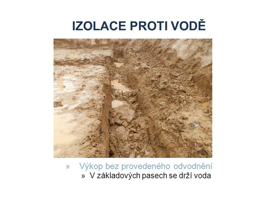 IZOLACE PROTI VODĚ »Výkop bez provedeného odvodnění »V základových pasech se drží voda