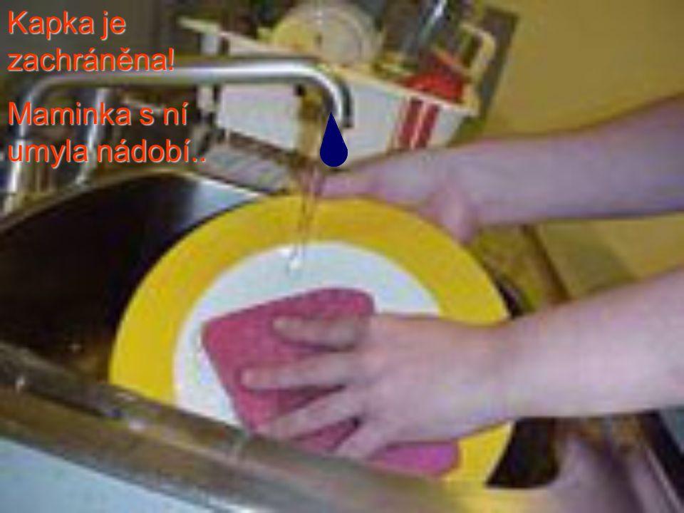 Kapka je zachráněna! Maminka s ní umyla nádobí..