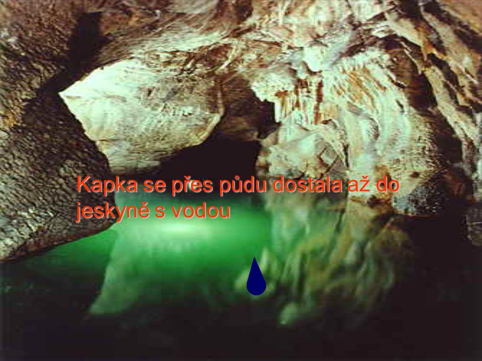 Kapka se přes půdu dostala až do jeskyně s vodou