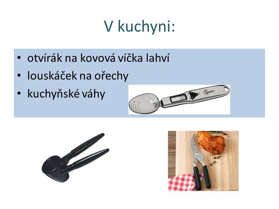 V kuchyni: otvírák na kovová víčka lahví louskáček na ořechy kuchyňské váhy