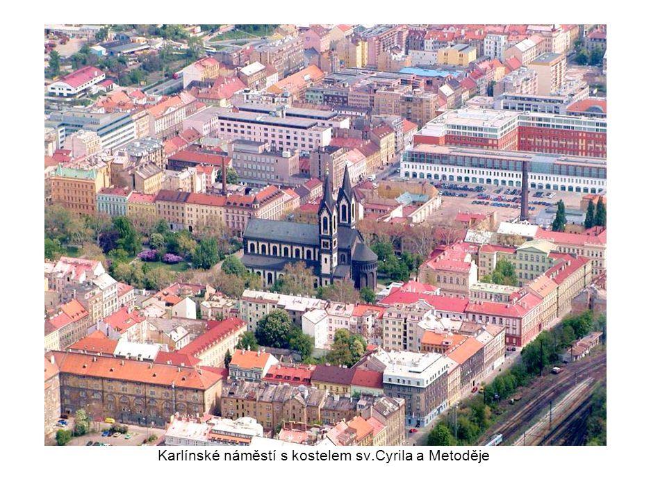 Vršovice, vpravo nedokončené obchodní centrum u Slavie, vlevo stadion Bohemians