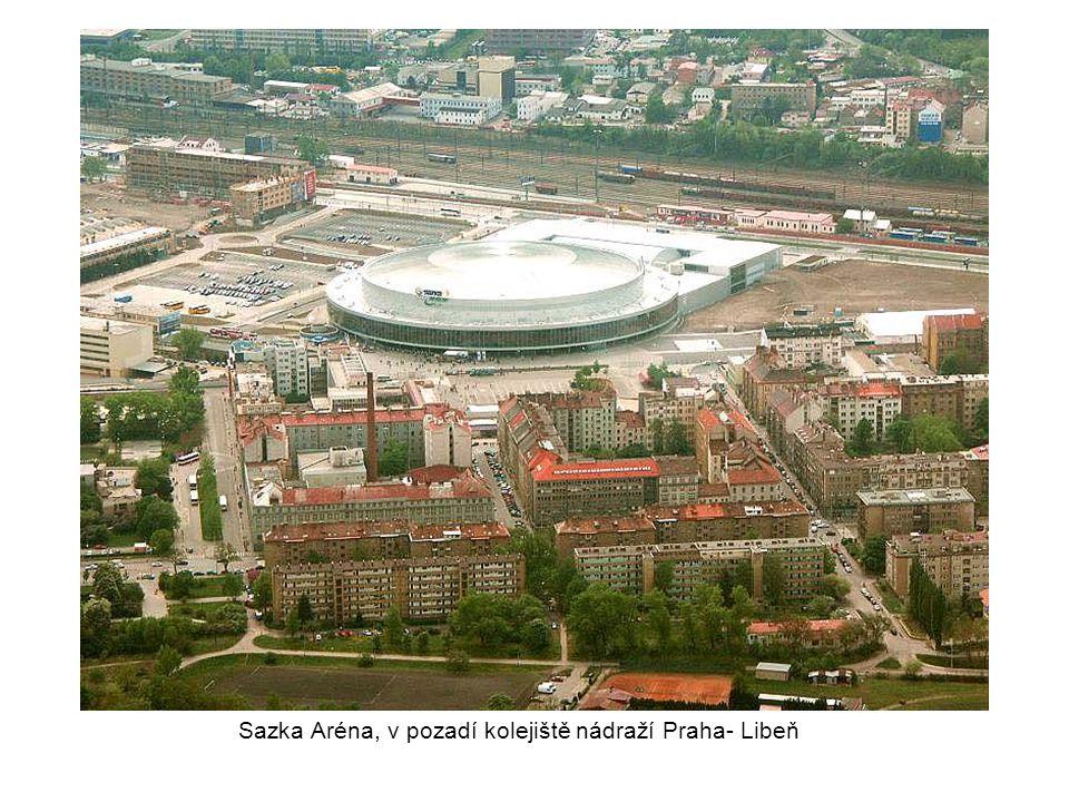 Dole bobová dráha na Proseku, vlevo estakáda, v pozadí Sazka Aréna