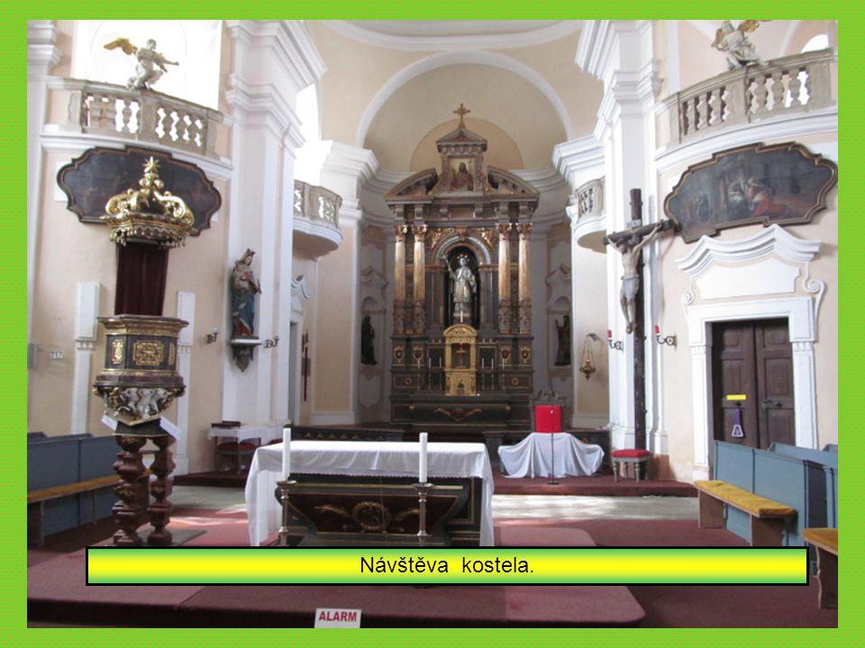 Vycházka pokračuje - kostel sv.Jana Nepomuckého.