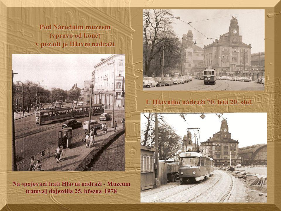 Pod Národním muzeem (vpravo od koně) v pozadí je Hlavní nádraží U Hlavního nádraží 70.