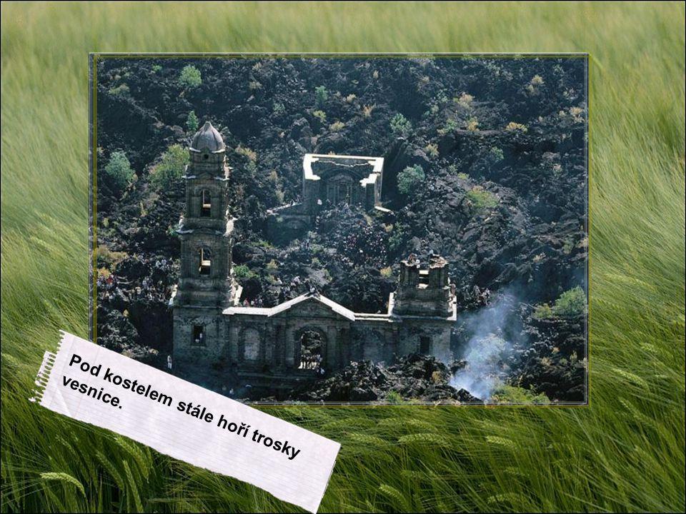 Pod kostelem stále hoří trosky vesnice.
